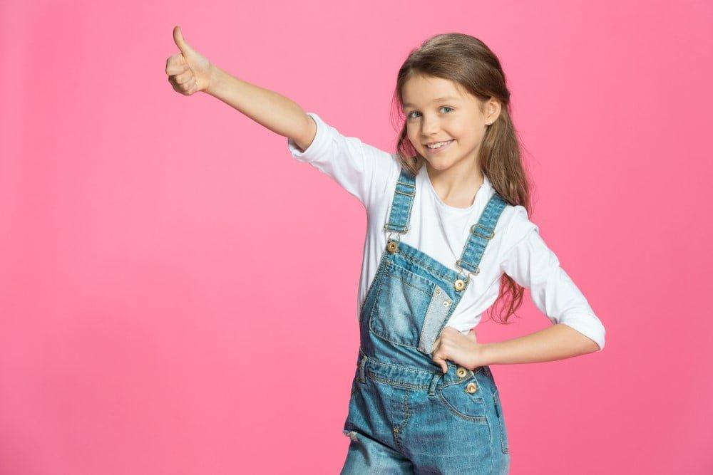 Pige viser thumbs up