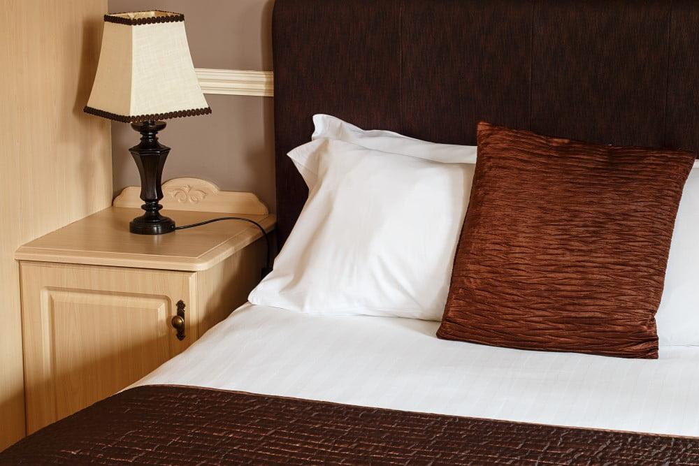 Indret gæsteværelset hyggeligt og komfortabelt med citater på væggene og med en god seng